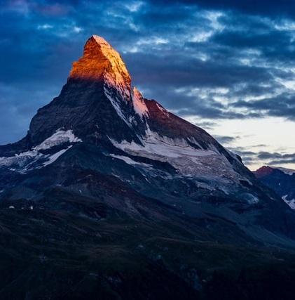 Sommet de montagne rougeoyant